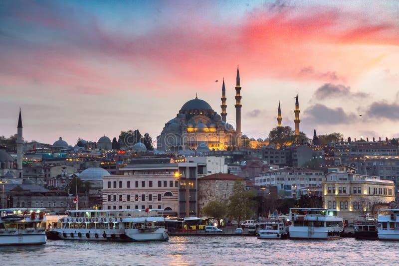 Pilastro di Eminonu su un tramonto su Horn dorato con una vista della moschea storica di Suleymaniye sulla collina nella vecchia  immagine stock libera da diritti