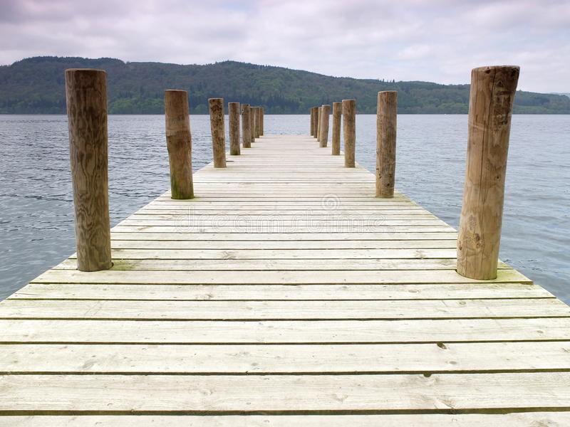 Pilastro di legno del lago immagini stock