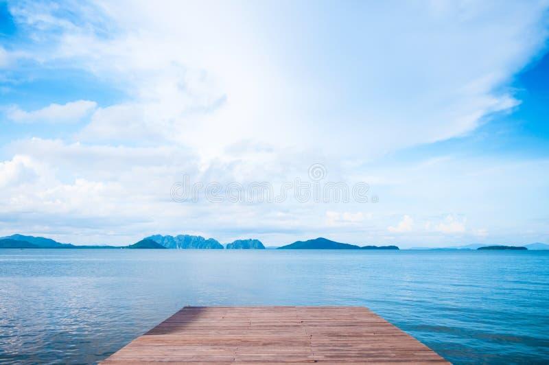 Pilastro di legno e vista calma delle isole del mare delle Andamane al lanta del KOH, Krab fotografie stock libere da diritti