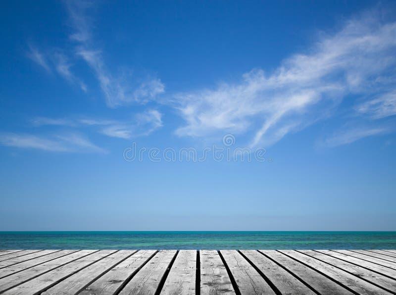 Pilastro di legno grigio vuoto con il mare ed il cielo immagine stock