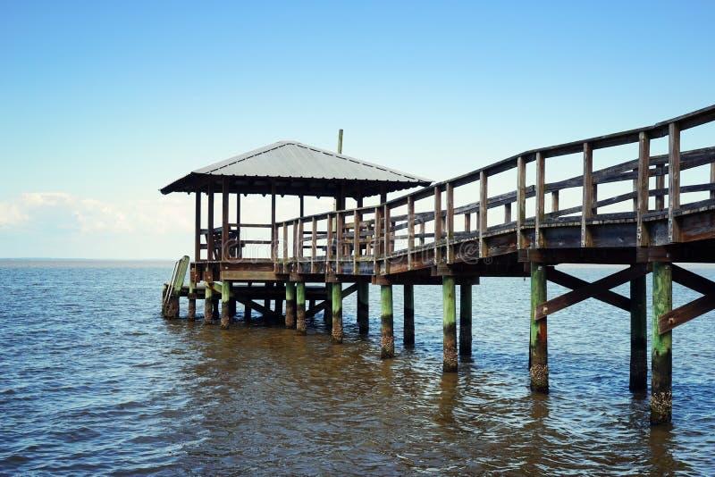 Pilastro di legno rustico di nuoto e di pesca immagine stock