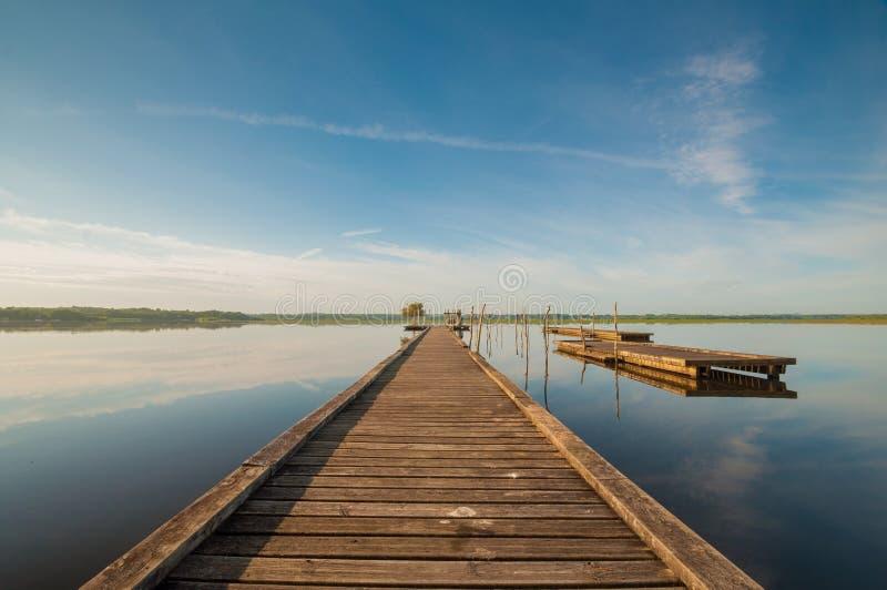 Pilastro di legno in un lago Alba a Soustons, Francia fotografia stock