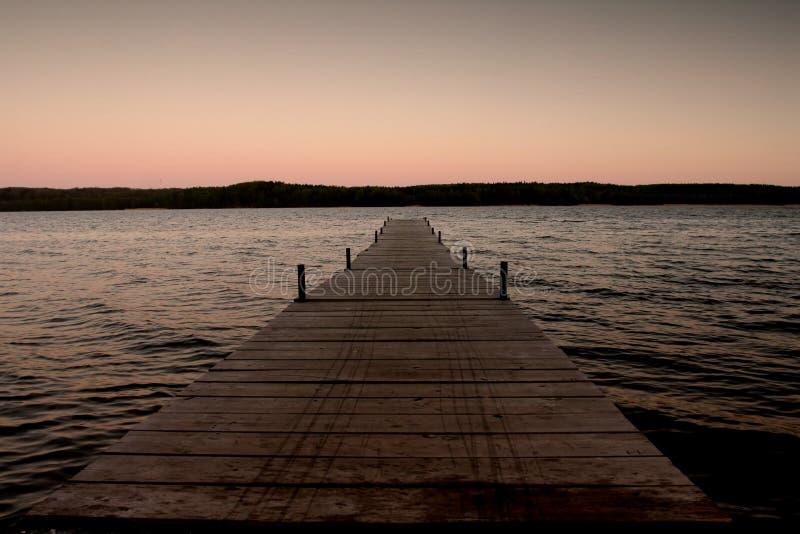 Pilastro di legno vicino al bordo dell'acqua immagini stock libere da diritti