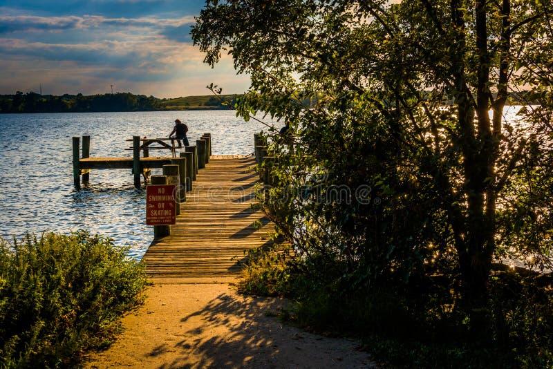 Pilastro di pesca al parco del punto di Cox in Essex, Maryland fotografia stock