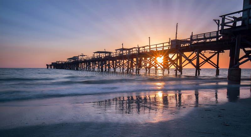 Pilastro di pesca al tramonto fotografia stock libera da diritti