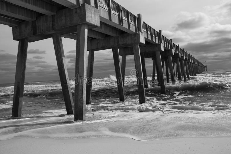 Pilastro di pesca della spiaggia di Pensacola (B&W) immagini stock libere da diritti