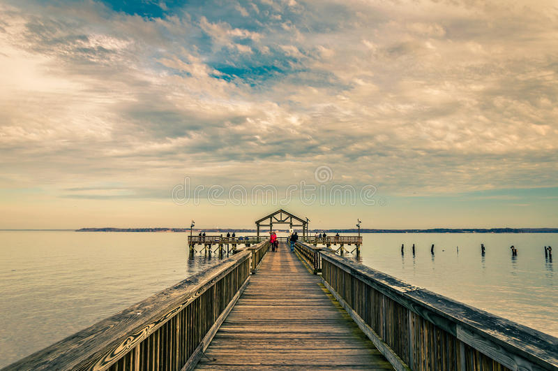 Pilastro di pesca sul fiume Potomac nel parco di stato di Leesylvania, Vir fotografia stock libera da diritti