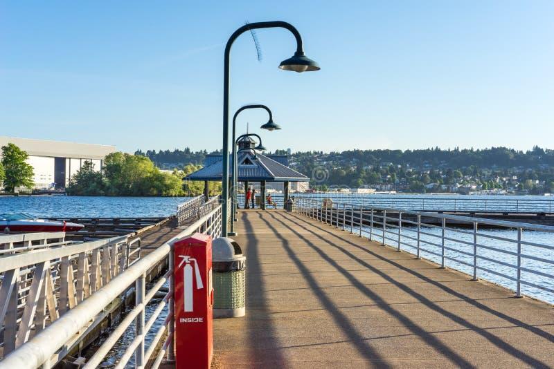 Pilastro di pesca sul lago Washington immagine stock