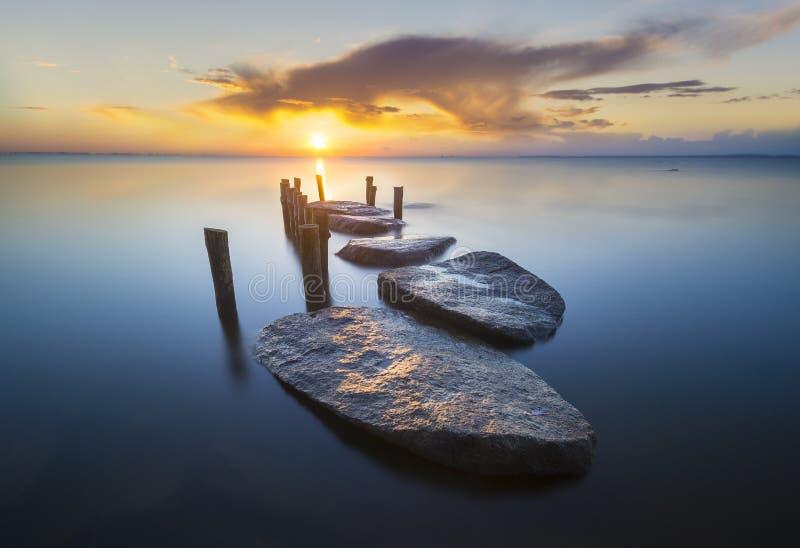 Pilastro di pietra sul mare immagini stock