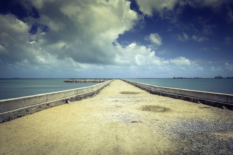 Pilastro di pietra sulla spiaggia di Fortaleza fotografie stock