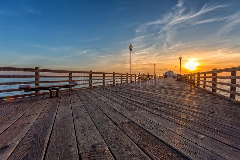 Pilastro di riva dell'oceano di California al tramonto fotografia stock libera da diritti
