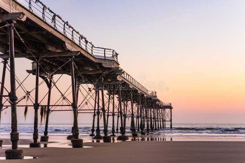 Pilastro di Saltburn e un'alba dorata North Yorkshire fotografia stock libera da diritti