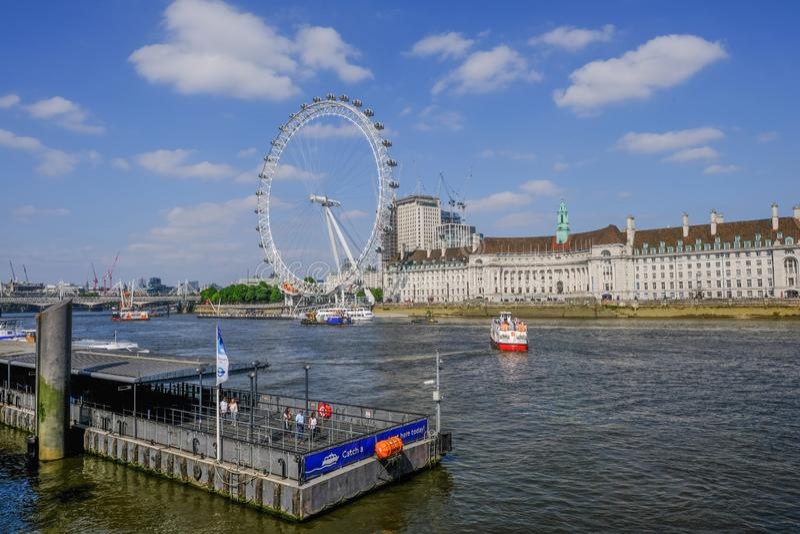 Pilastro di Westminster con una vista attraverso il Tamigi a County Hall e London Eye fotografie stock