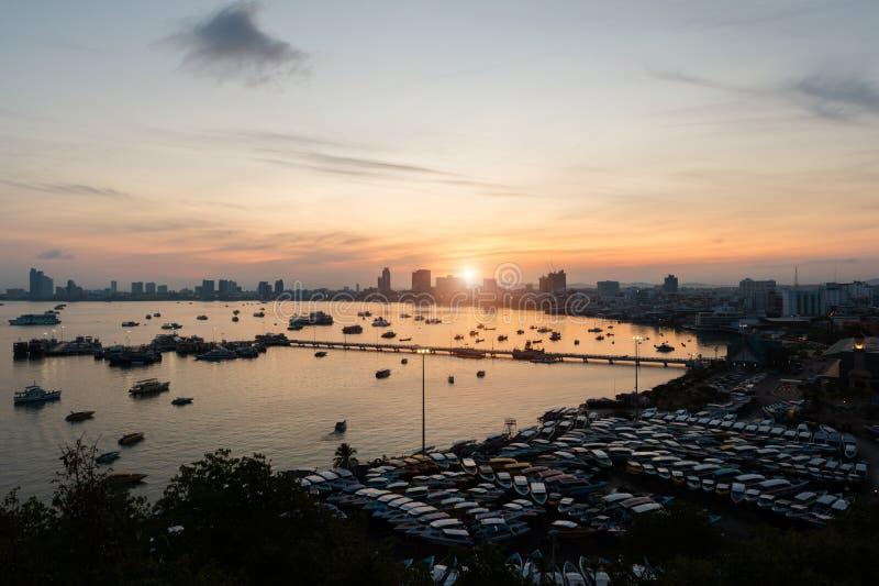 Pilastro e grattacieli nel tempo crepuscolare a Pattaya, Tailandia Patta immagine stock libera da diritti