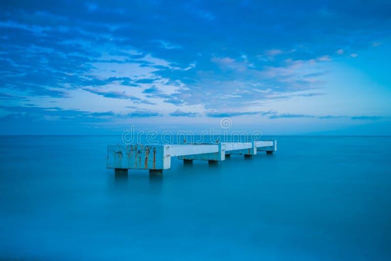 Pilastro in mezzo al mare fotografia stock libera da diritti
