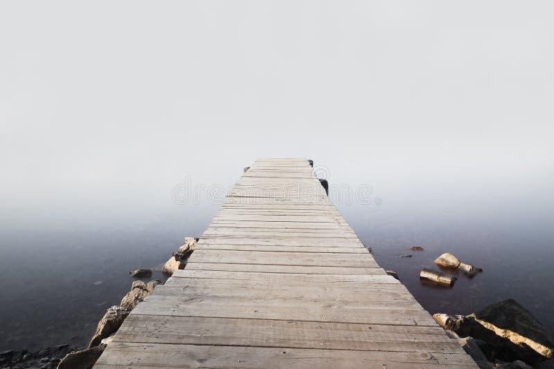Pilastro nell'alba nebbiosa fotografia stock