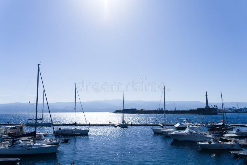 Pilastro per la barca e le barche a vela a Messina fotografie stock libere da diritti