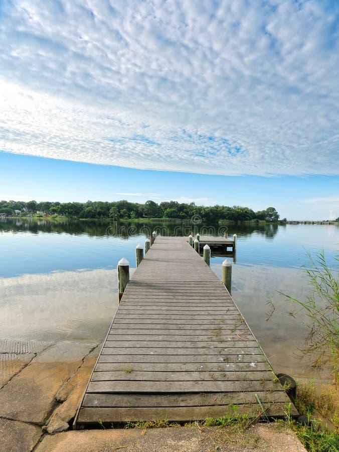 Pilastro rustico di pesca di Florida di mattina pacifica immagine stock libera da diritti