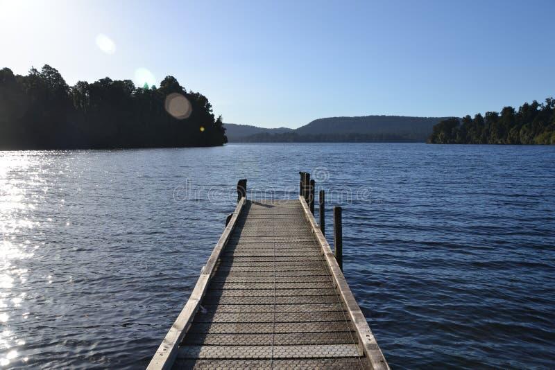 Pilastro su un lago immagine stock