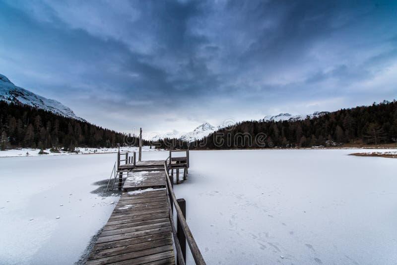 Pilastro sul lago congelato fotografie stock
