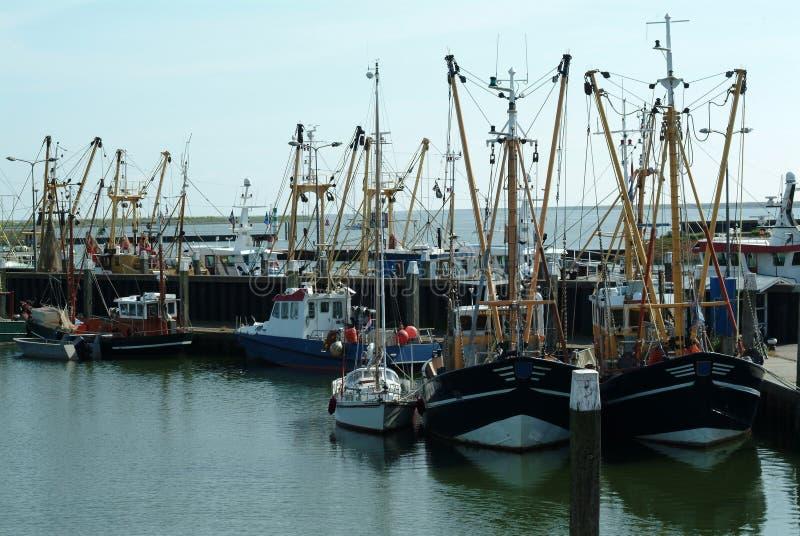 Pilastro sul mare Barche a vela, imbarcazioni a motore e barche fotografie stock libere da diritti