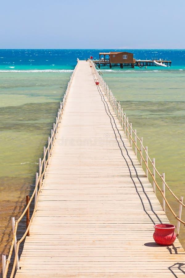 Pilastro sulla spiaggia del Mar Rosso in Hurghada fotografie stock