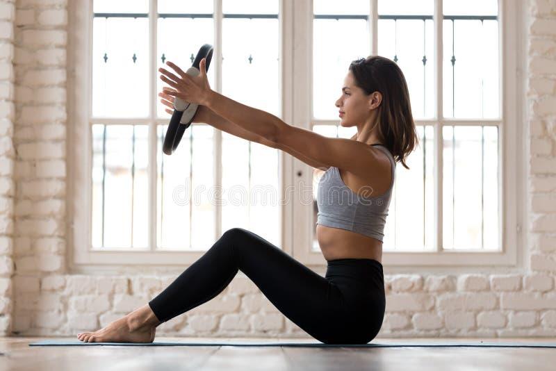 Pilates молодой sporty привлекательной женщины практикуя с кольцом стоковые фотографии rf