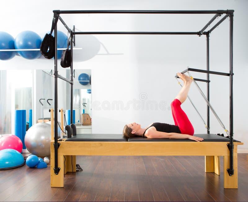 Pilates aerobe Ausbilderfrau in Cadillac lizenzfreies stockbild