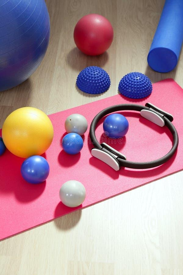 Pilates de las bolas que entonan la estabilidad de rodillos imagenes de archivo