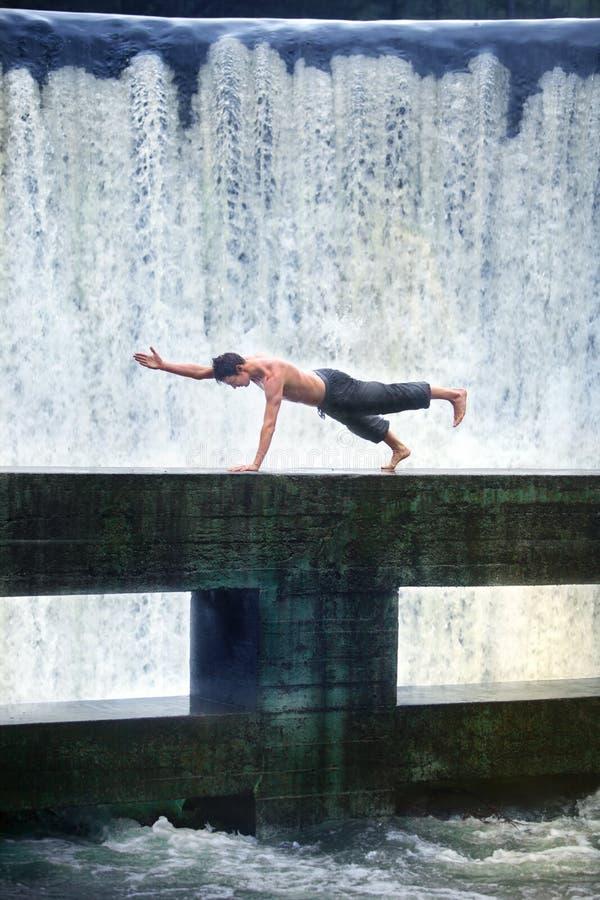 pilates do homem na natureza imagens de stock royalty free