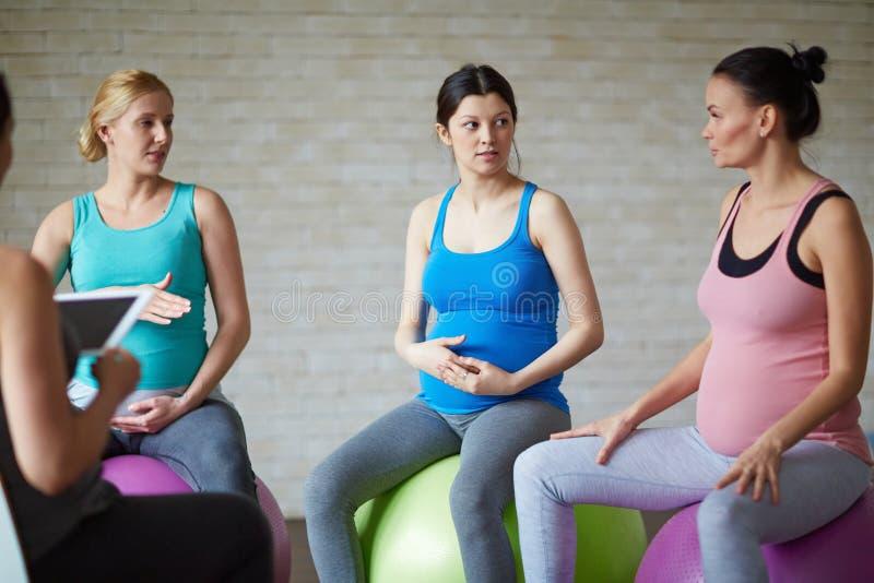 Pilates für das schwangere lizenzfreie stockfotografie