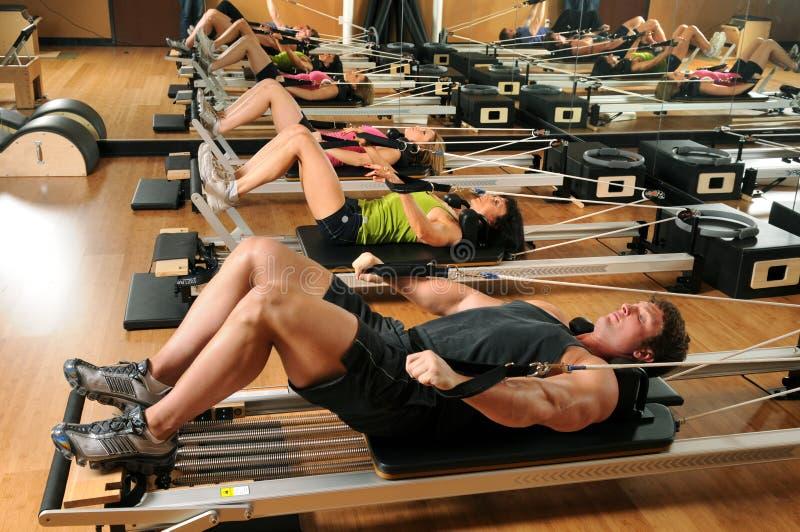 Pilates Kategorie in einer Gymnastik lizenzfreies stockbild