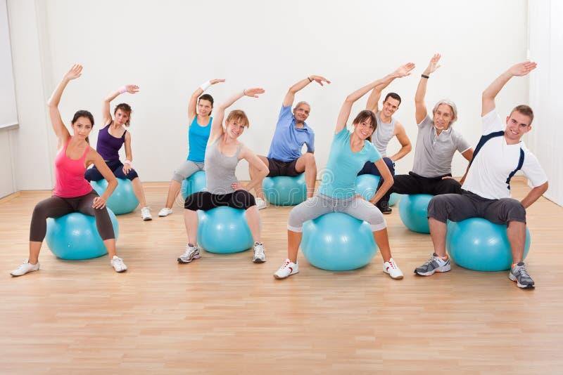 Pilates-Klasse, die in einer Turnhalle trainiert stockbilder