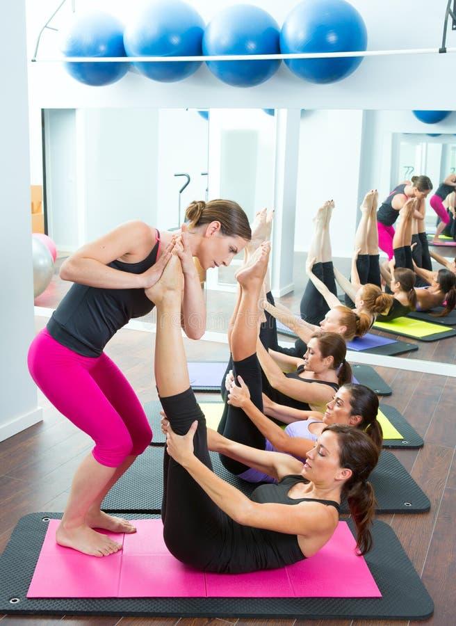 Pilates osobistego trenera pomaga kobiety zdjęcie stock