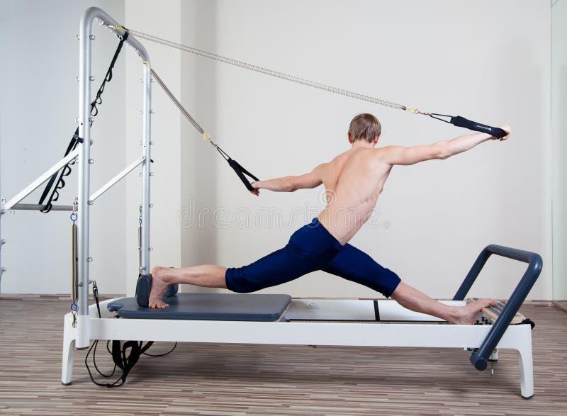 Pilates reformatora treningu ćwiczeń mężczyzna przy gym obraz royalty free