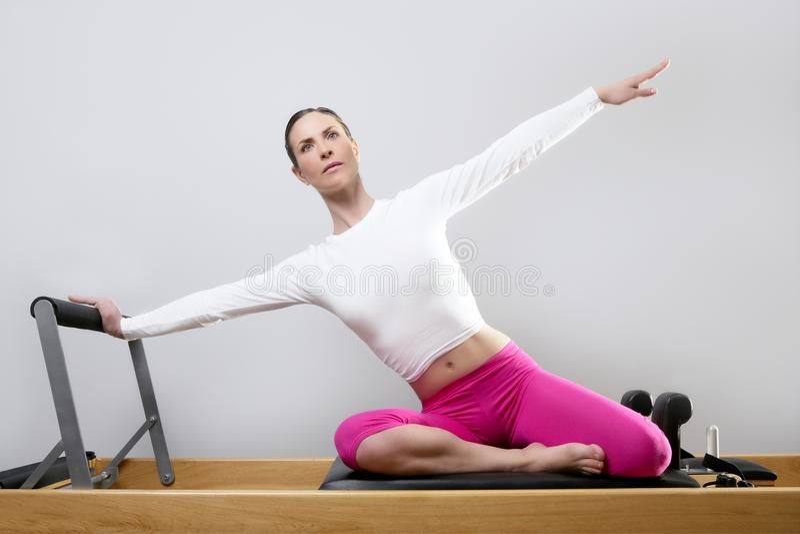 Pilates Reformer-Frauengymnastik-Eignunglehrerfahrwerkbeine lizenzfreie stockbilder