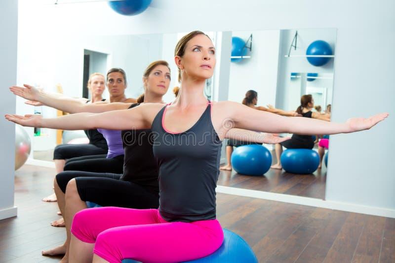 Pilates tlenowcowa kobiet grupa z stabilności piłką fotografia royalty free