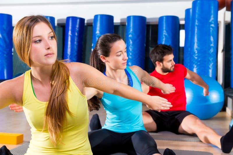 Pilates-Yogaschulungsübung in der Eignungsturnhalle lizenzfreies stockbild