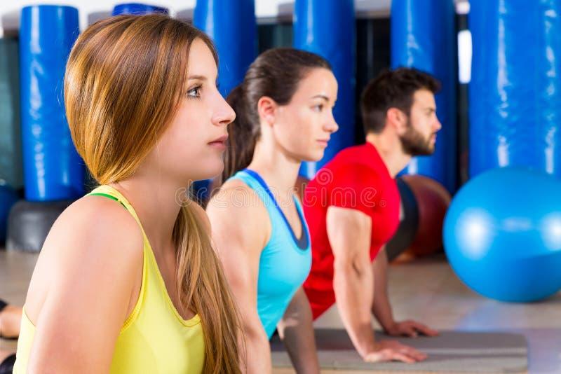 Pilates-Yogaschulungsübung in der Eignungsturnhalle stockfotos
