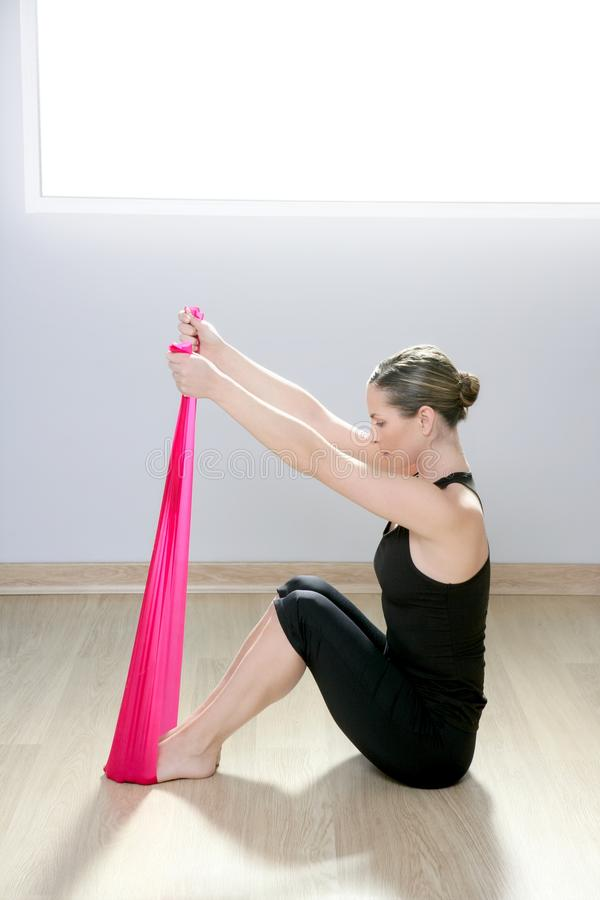 Pilates Yogawiderstandbandrote Gummigymnastikfrau stockfotografie