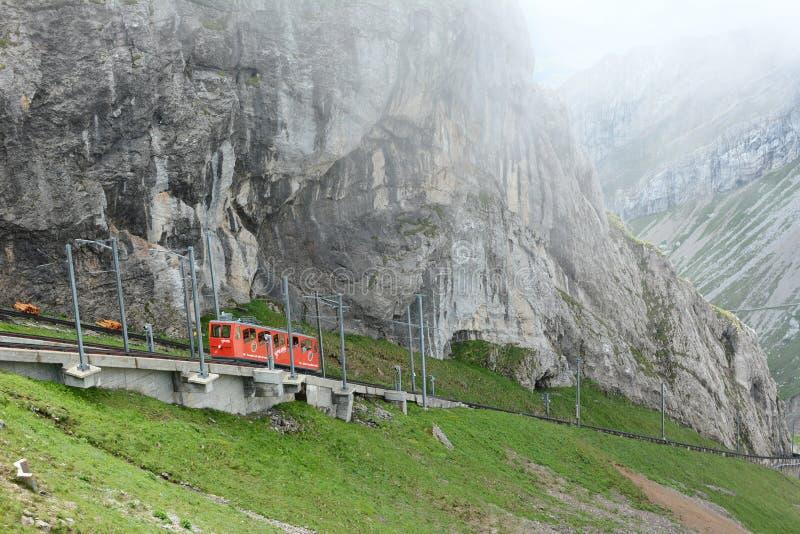 Pilatus-Bahn, das von den Wolken auftaucht stockfotografie