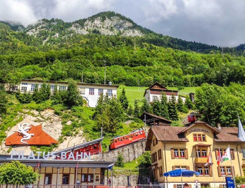 Pilatus Bahn, Schweizer Bahnlokomotivzahnradbahnstations-Transportpassagier bis einen des meisten besuchten die Schweiz-` s Berge lizenzfreie stockfotos