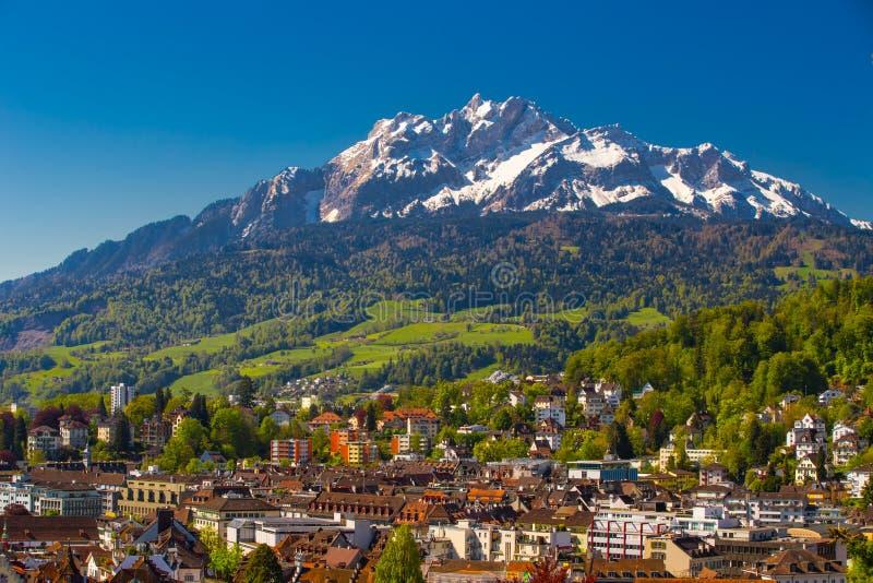 Pilatus-Berg und historisches Stadtzentrum der Luzerne, die Schweiz lizenzfreie stockfotografie