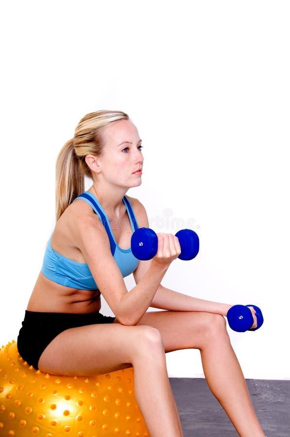 Pilatus Frau in der Gymnastik lizenzfreie stockbilder