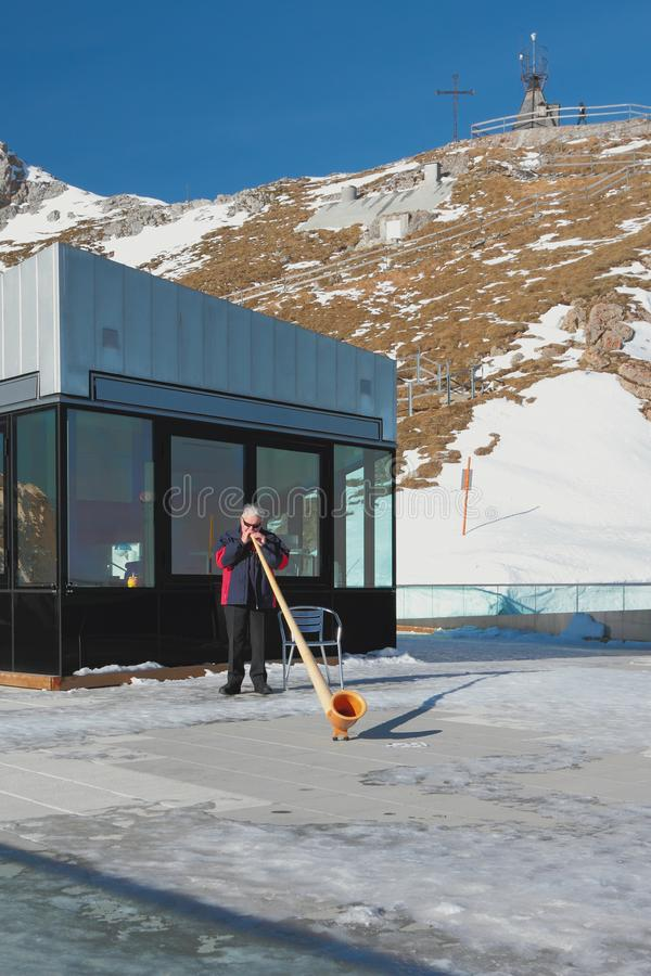 Pilatus Lucerne, Schweiz - Januari 08, 2013: Man med det alpina hornet i berg arkivbilder