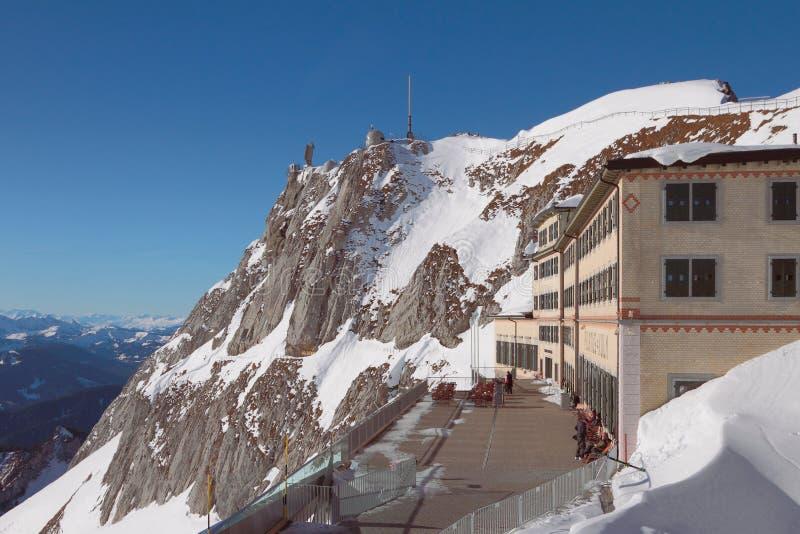 Pilatus, Luzerne, die Schweiz - 8. Januar 2013: Standpunkt und Hotel in den Alpen lizenzfreies stockbild