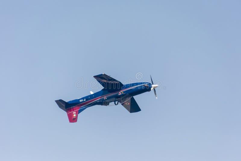 Pilatus trenera samolotu latać do góry nogami fotografia stock