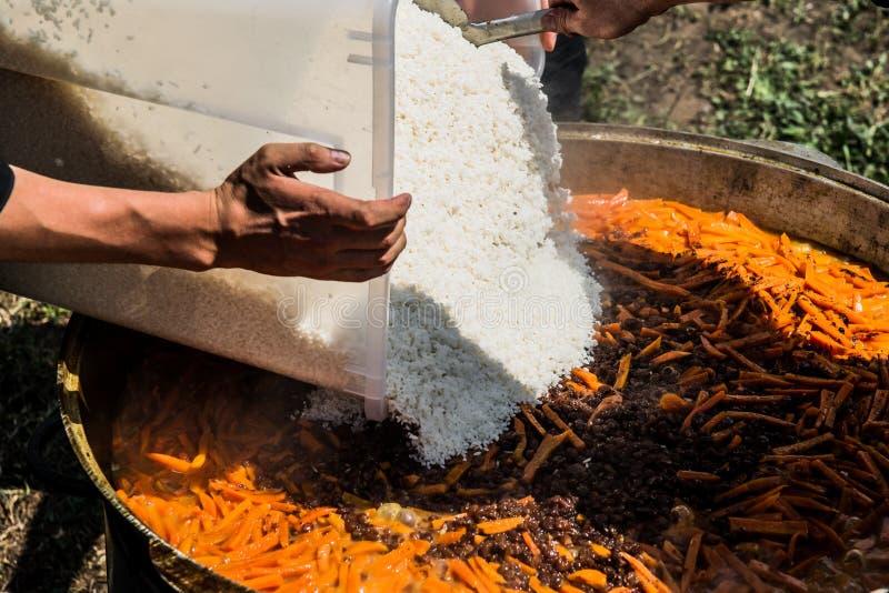 Pilau - adicionando o arroz imagens de stock royalty free
