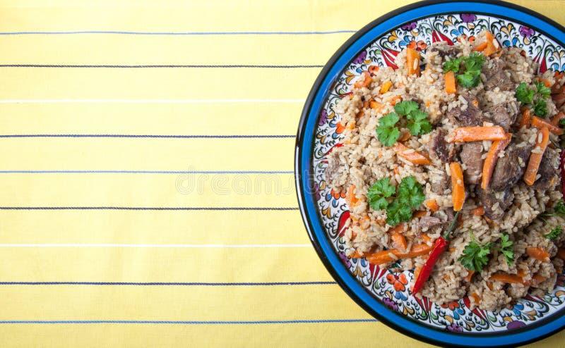 Pilau delicioso quente em uma placa turca no tablecl listrado amarelo imagens de stock royalty free