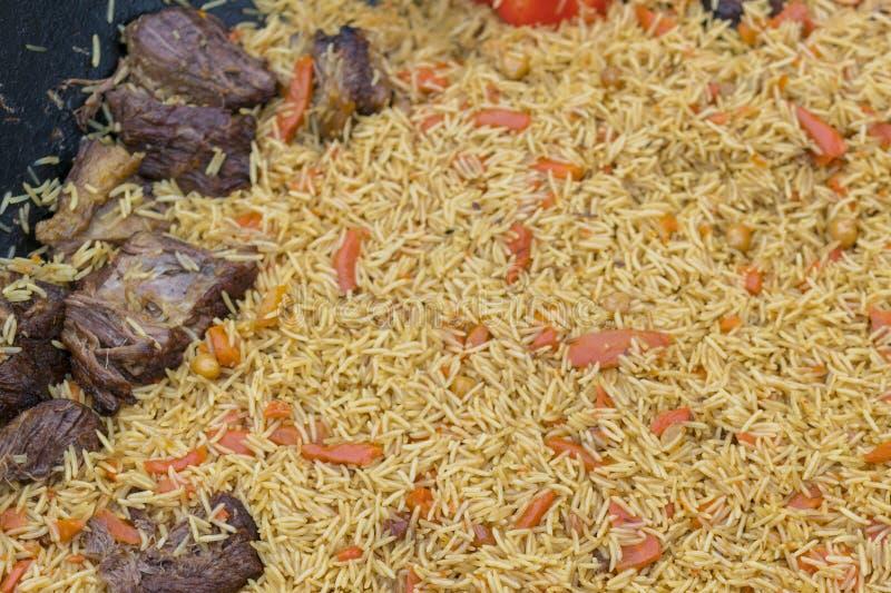 Pilau do Uzbeque no mercado Piquenique com pilau do uzbek Pilau oriental Close-up para o projeto do menu imagem de stock royalty free